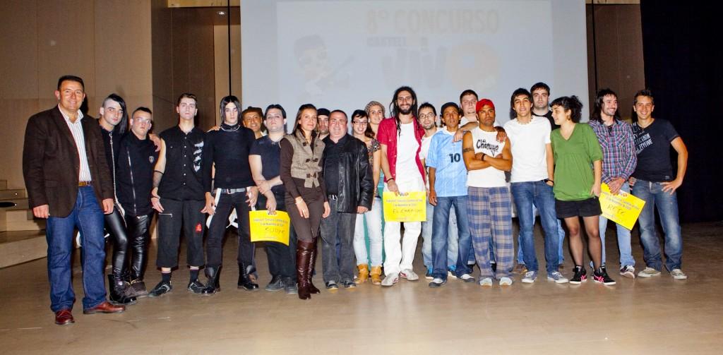 El líder de Rete, el segundo por la derecha, acompañado por el resto de participantes, organización y autoridades en la foto de familia del pasado sábado tras los conciertos.