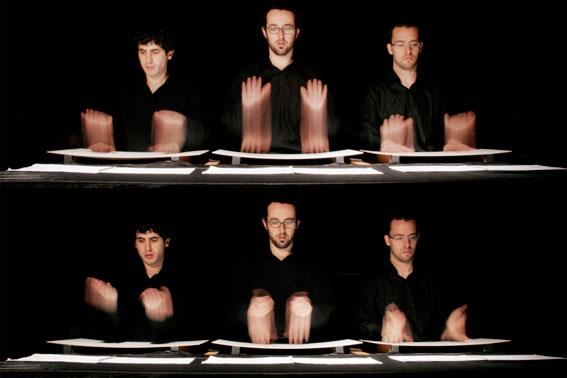 Enric Monfort (centro), con dos de los percusionistas de Kimbala, en el espectáculo 'Egungun'.