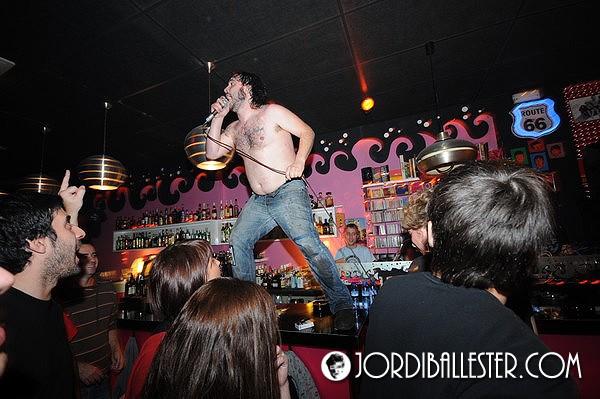 Manu, cantante de Porco Bravo, sobre la barra del Four Seasons en el concierto del pasada sábado. Foto: Jordi Ballester (pincha la imagen para ver todo el reportaje)