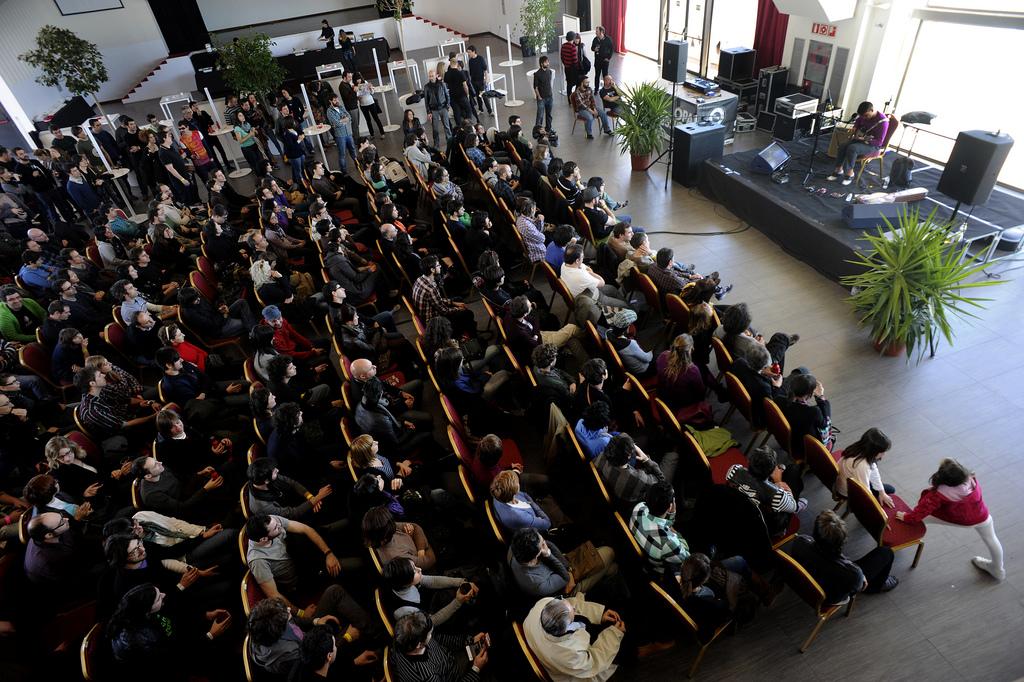 La Sala Opal, uno de los aciertos de la undécima edición, con Jamie Stewart (Xiu Xiu) sobre el escenario. Paco Poyato/Blank Paper