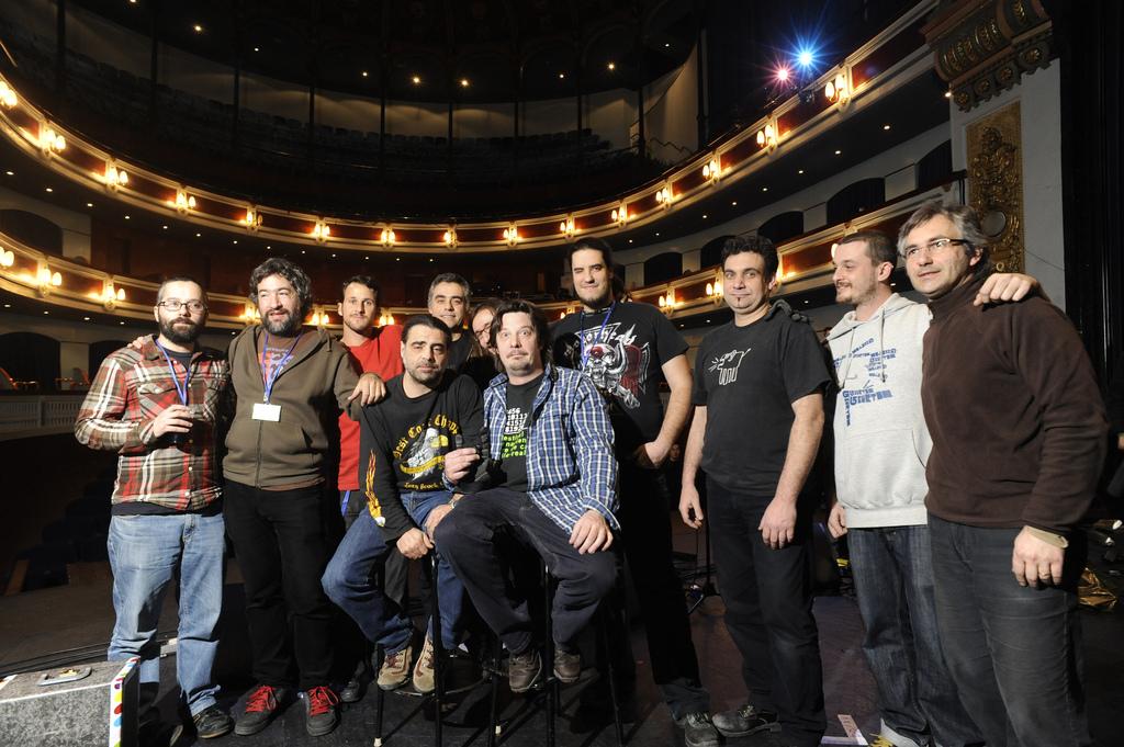 El equipo de producción del Tanned Tin sobre el escenario del Teatre Principal, con sus directores, Jesús Llorente y José Luis Cuevas (los dos primeros por la izquierda), al frente. Paco Poyato/Blank Paper